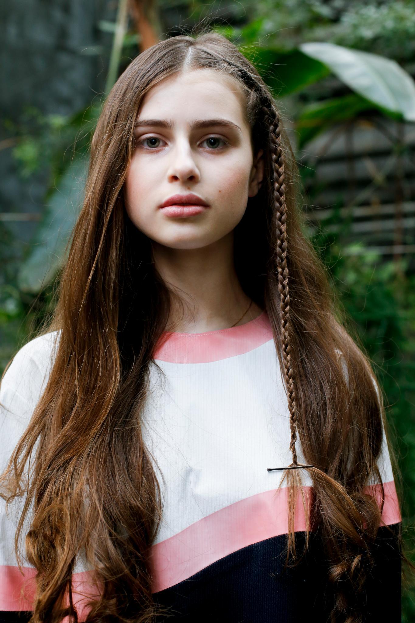 pelo largo lacio color castaño con trenza acento de costado