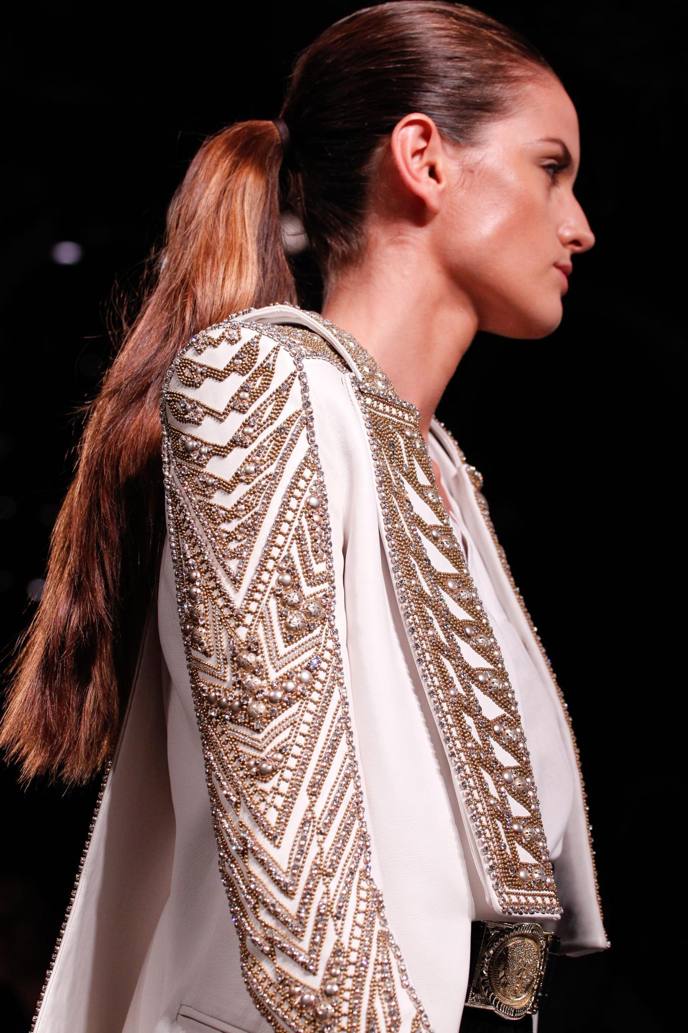 Vista de costado, cabello castaño con ponytail
