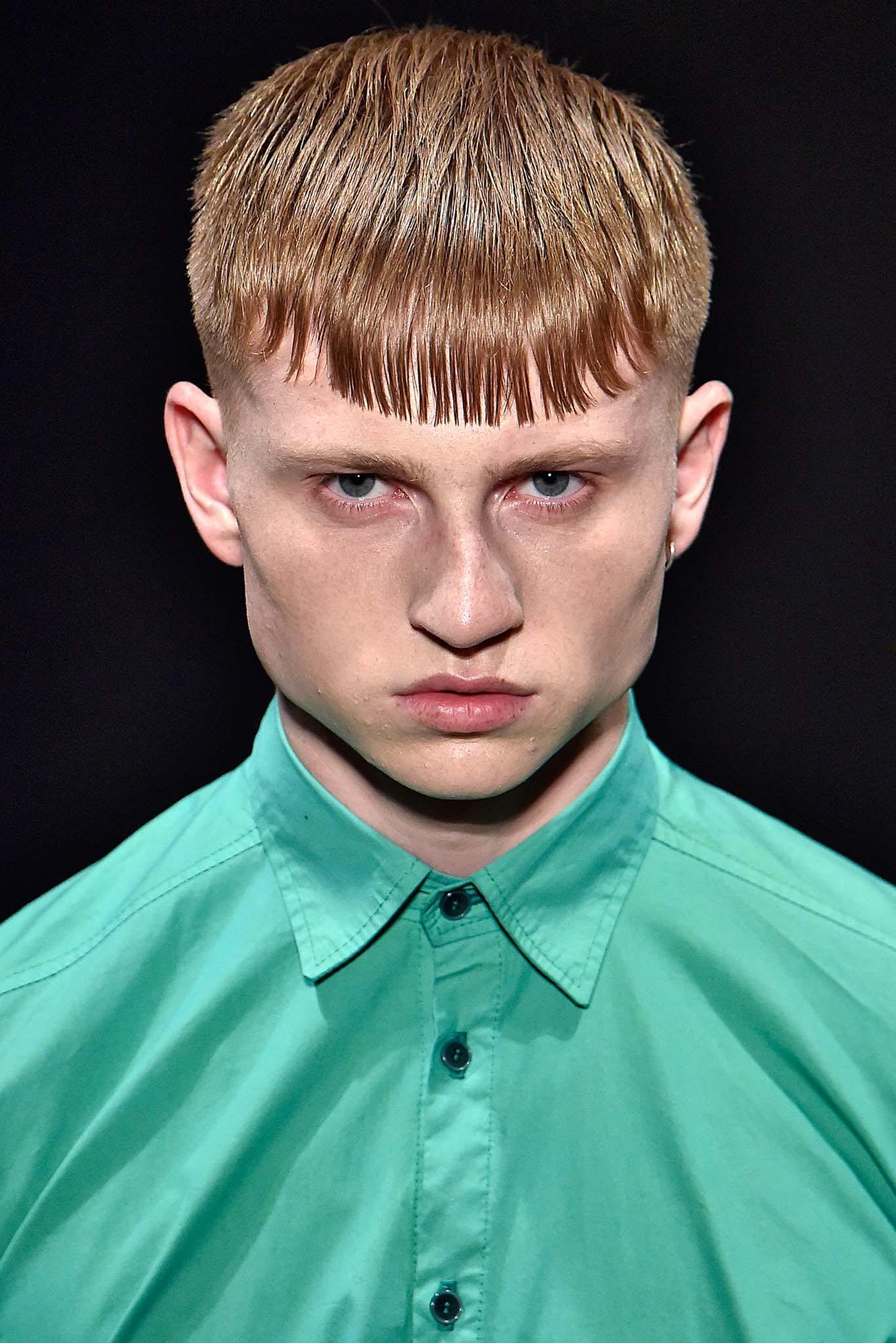 Hombre pelirrojo, cabello corto peinado hacia adelante