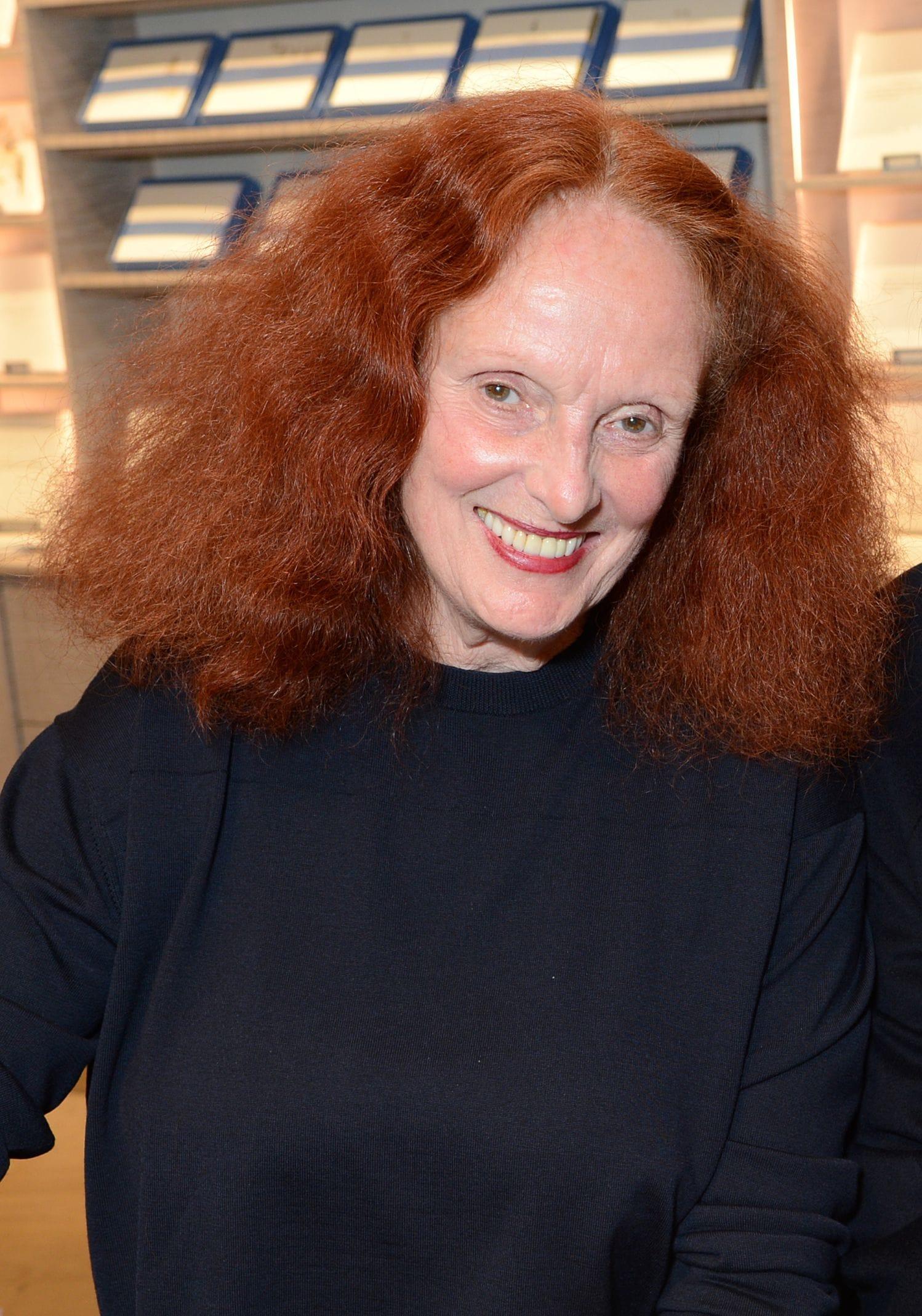 Grace Coddington con su clásica cabellera pelirroja y raya al medio