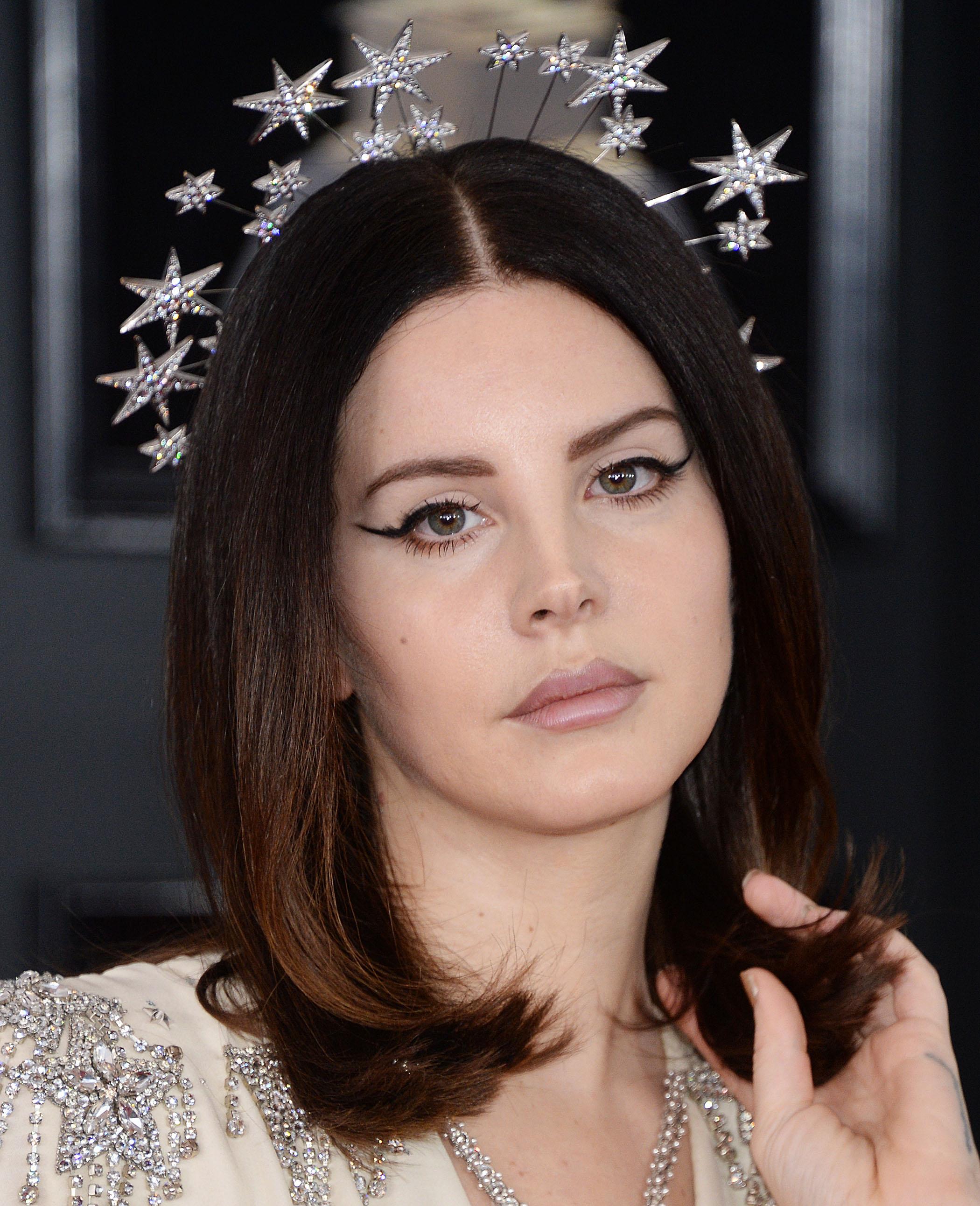 Lana del rey con pelo negro y coronita de estrellas