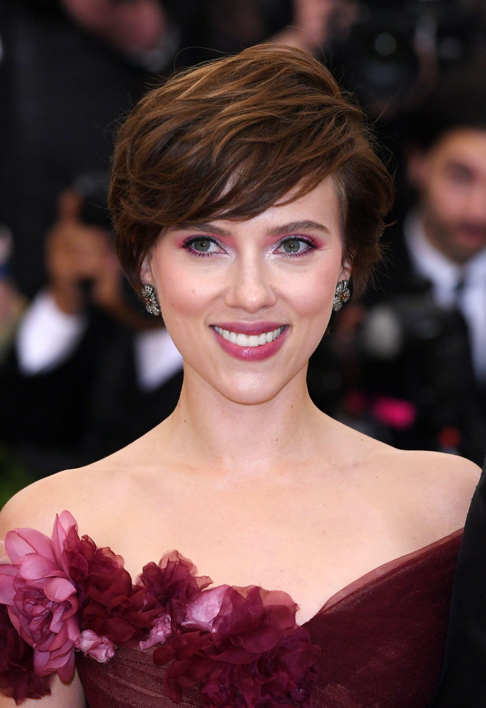 Mujer de cabello corto, castaño con reflejos, peinado hacia un costado