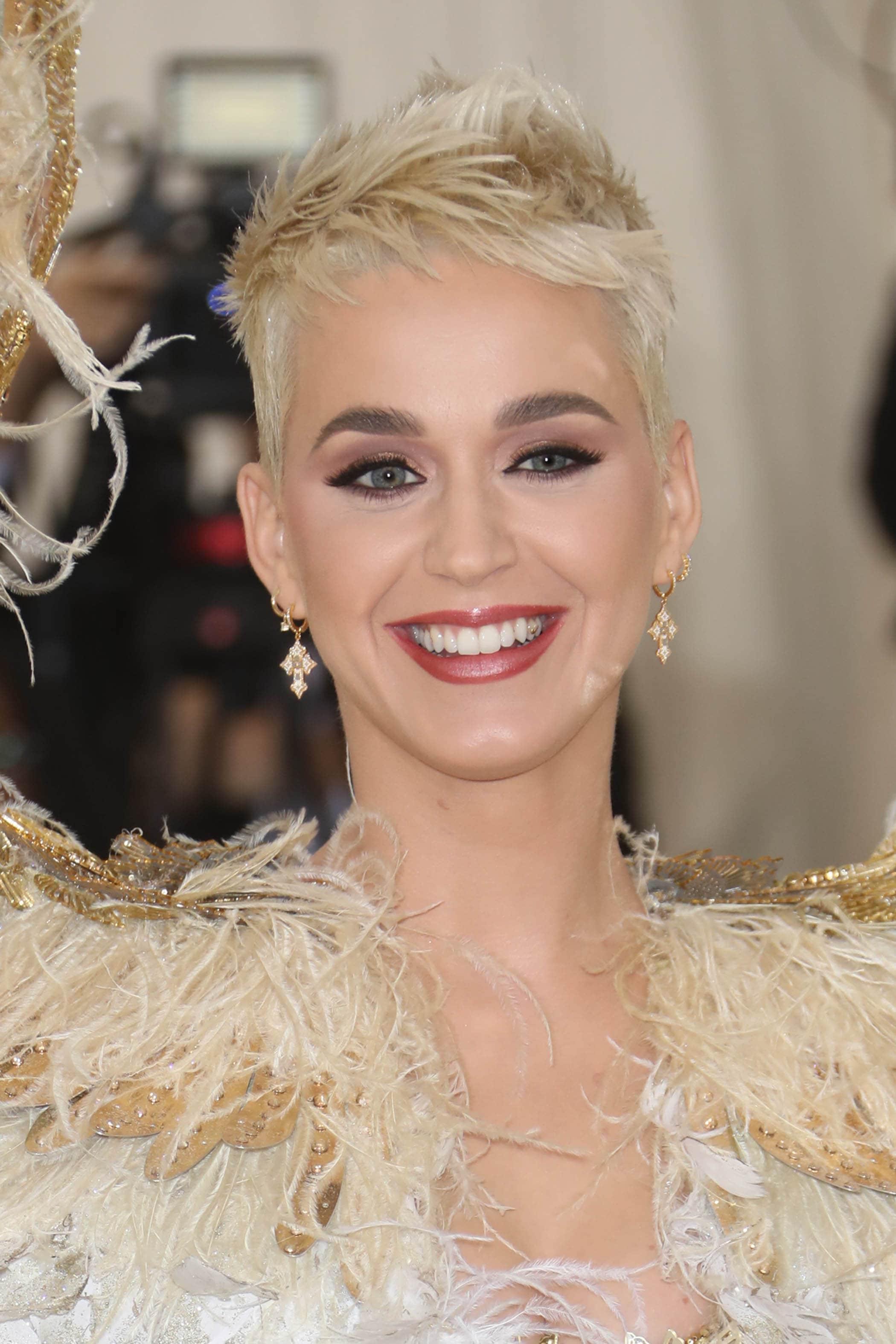 Katy Perry con cabello rubio platinado super corto