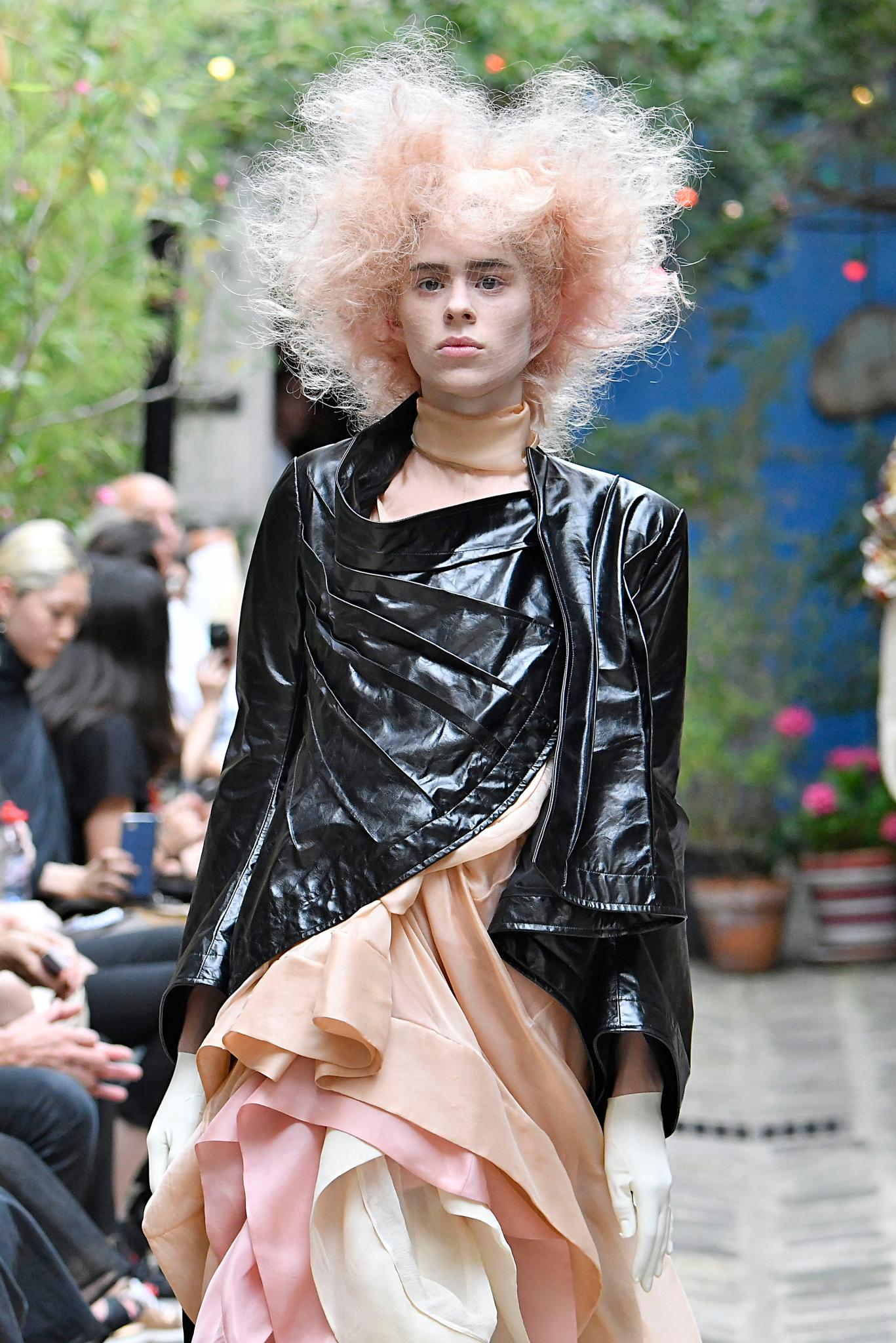 Mujer con cabello rosa, erizado y peinado super alborotado