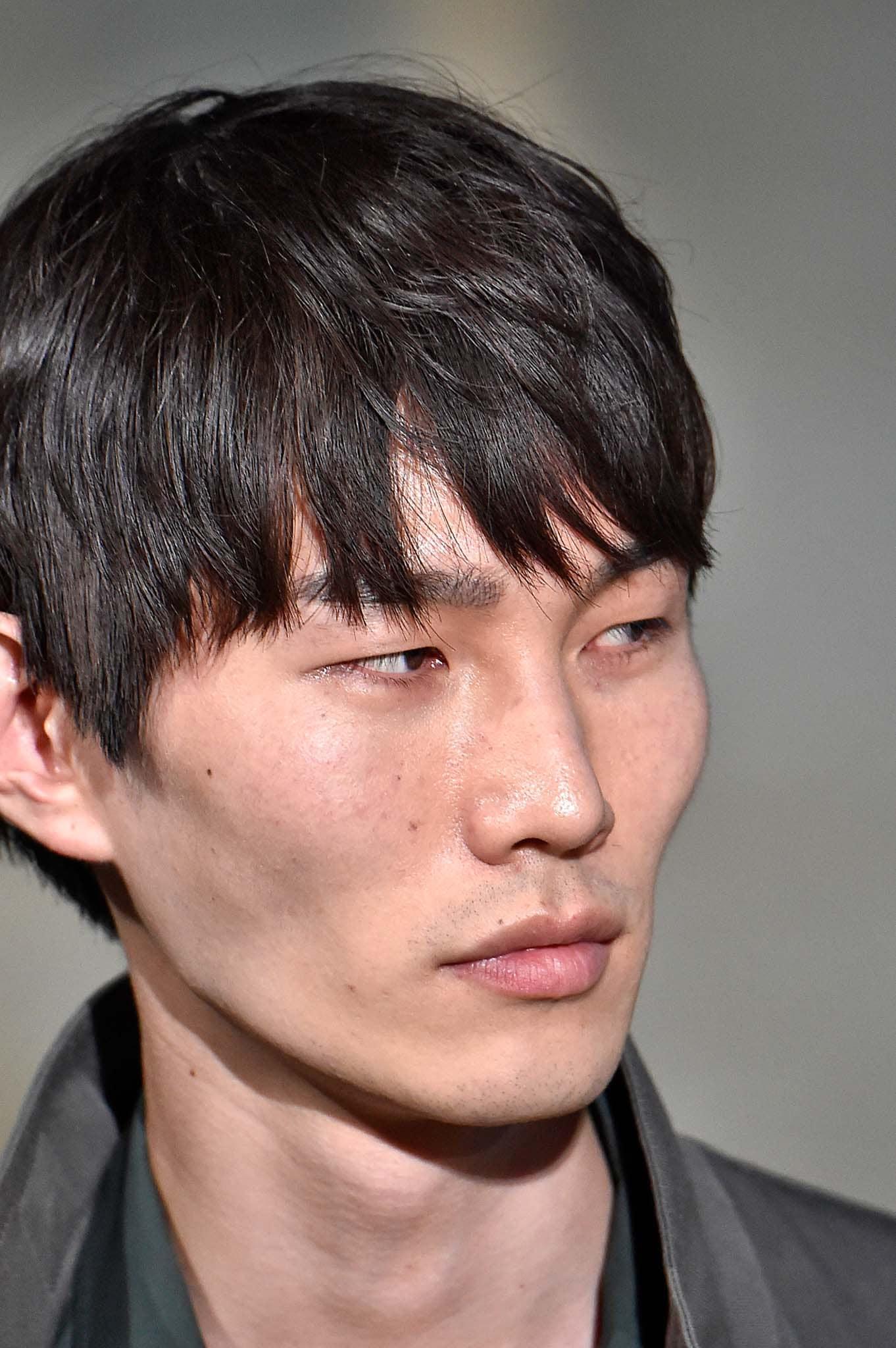 Hombre asiático con cabello corto peinado hacia adelante