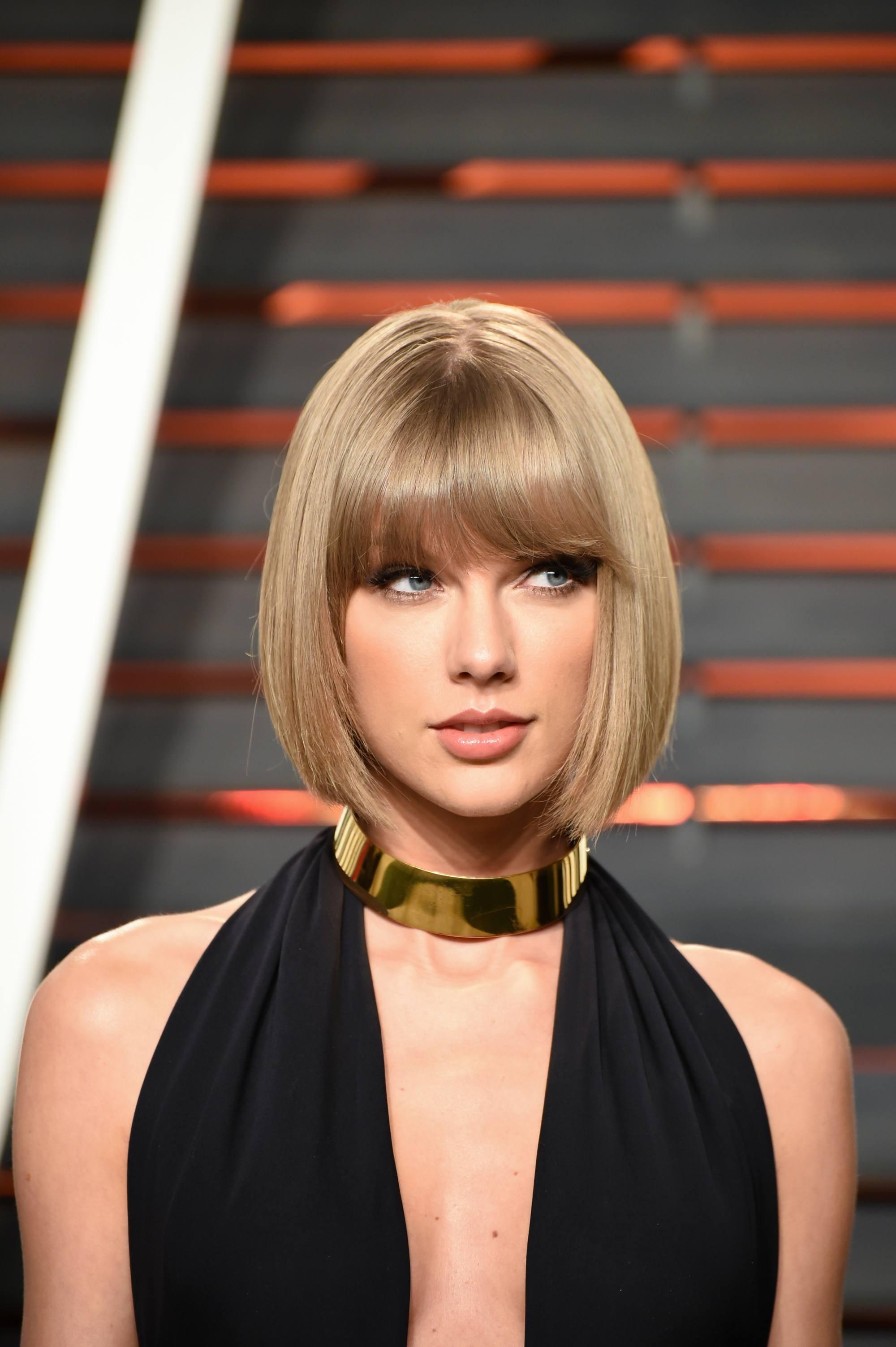 Taylor Swift con cabellera ultra lacia a la altura de la mandibula y flequillo
