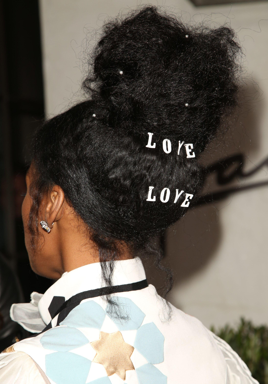 cabello afro con hebillas de palabras y perlas en el pelo recogido