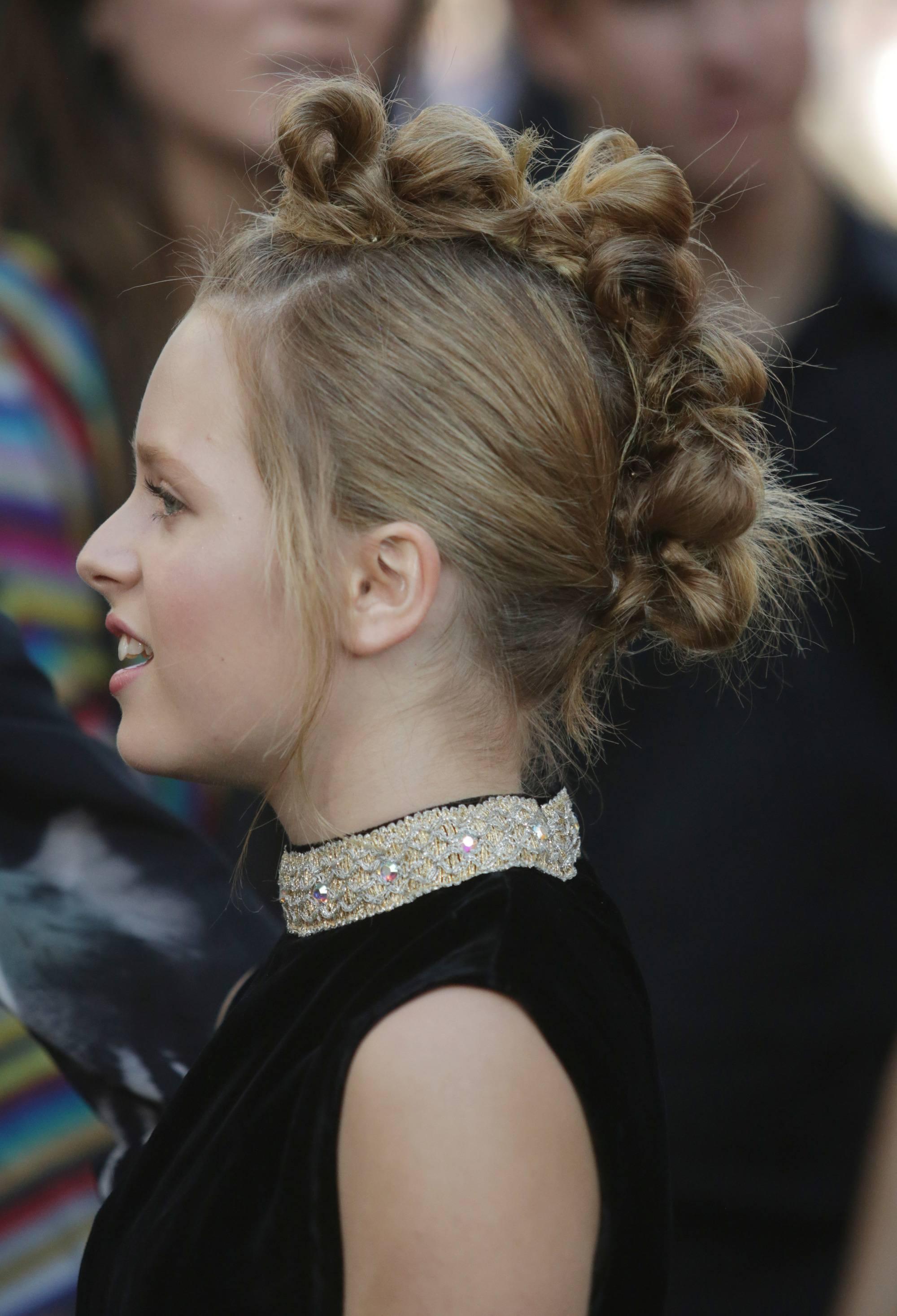 Vista de perfil de cabello rubio, recogido con pequeños rodetes al centro de la cabeza