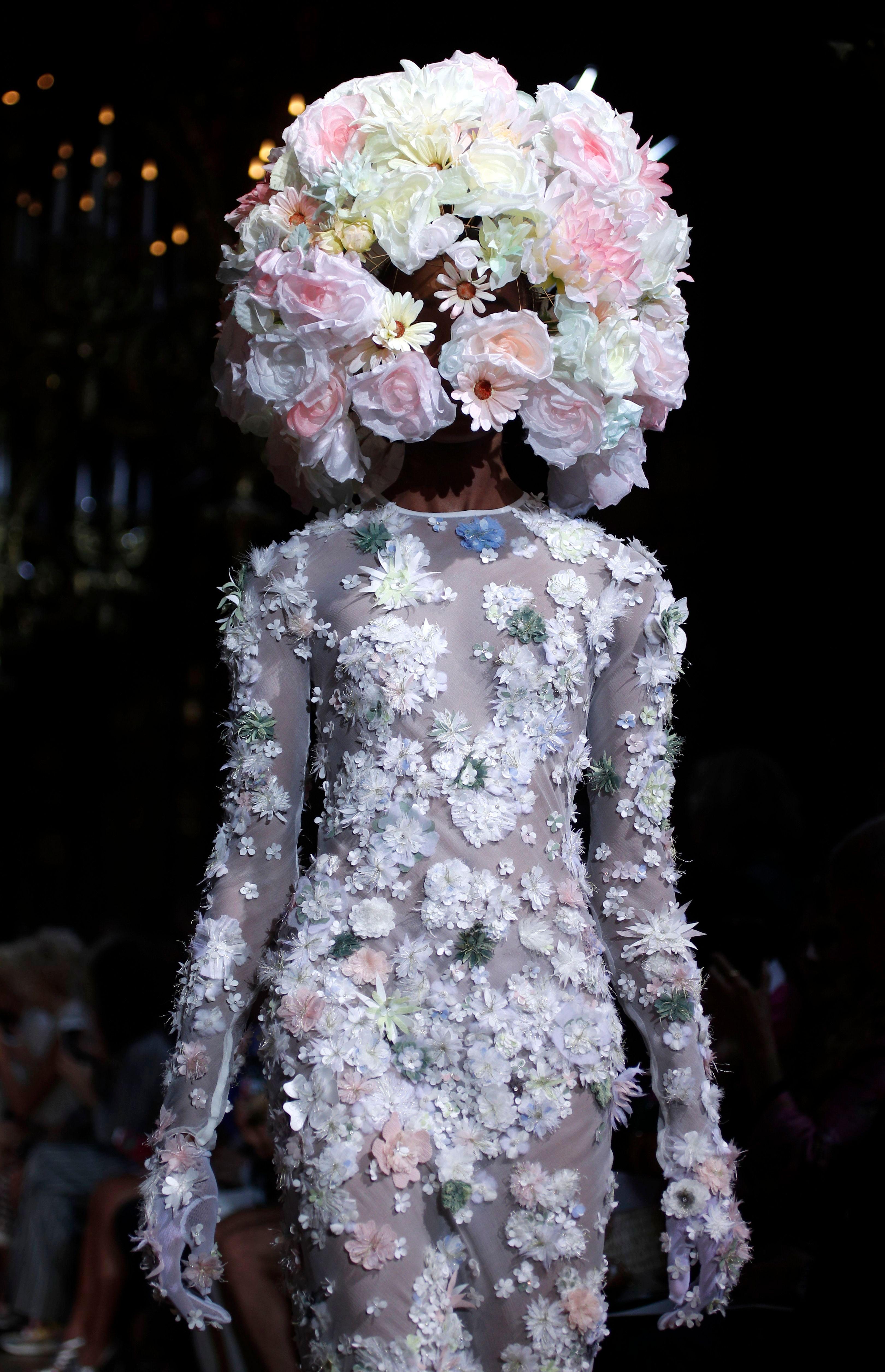 Mujer con rostro completamente cubierto por un tocado de flores