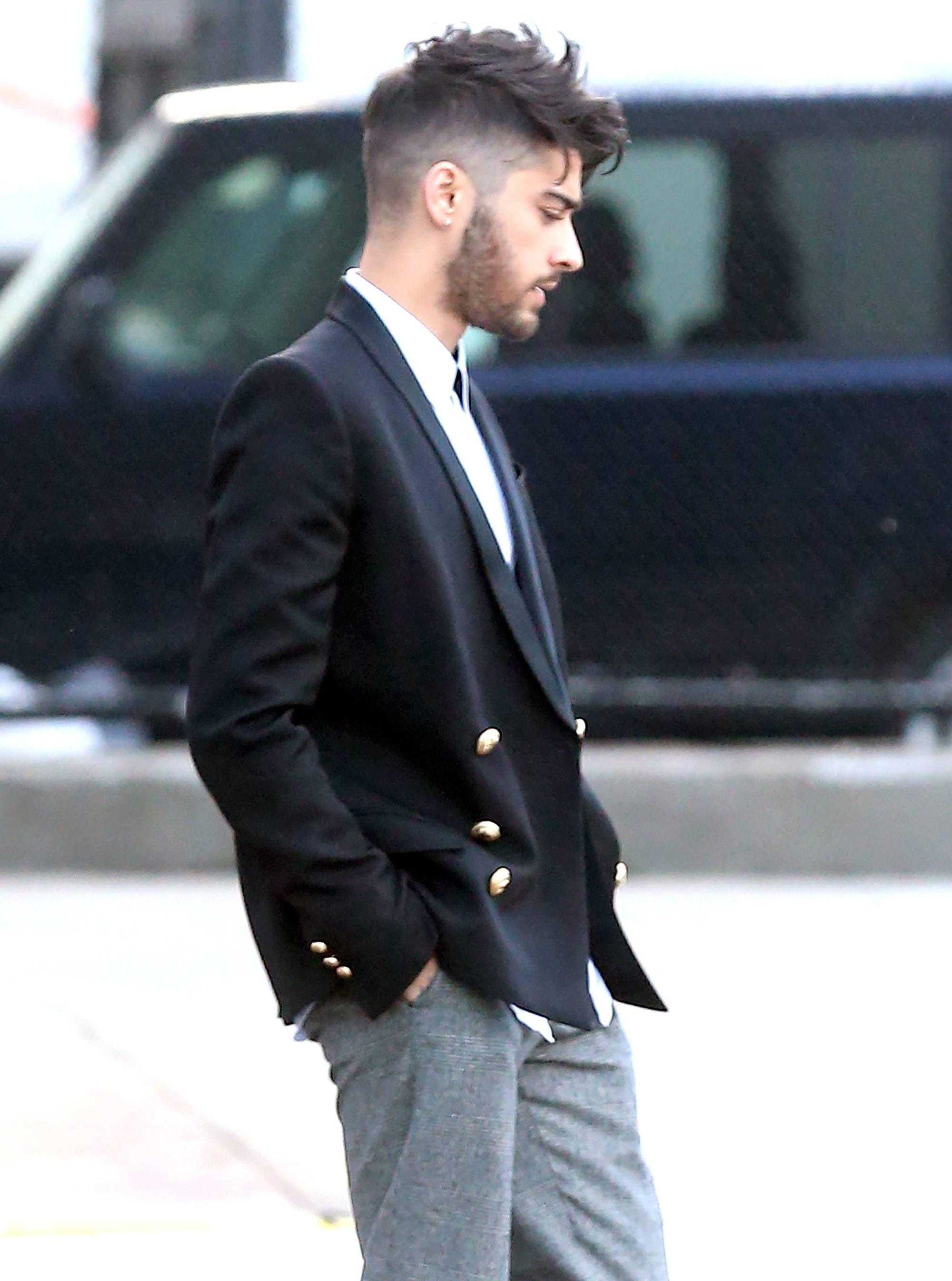 hombre con corte de pelo desvanecido y cresta