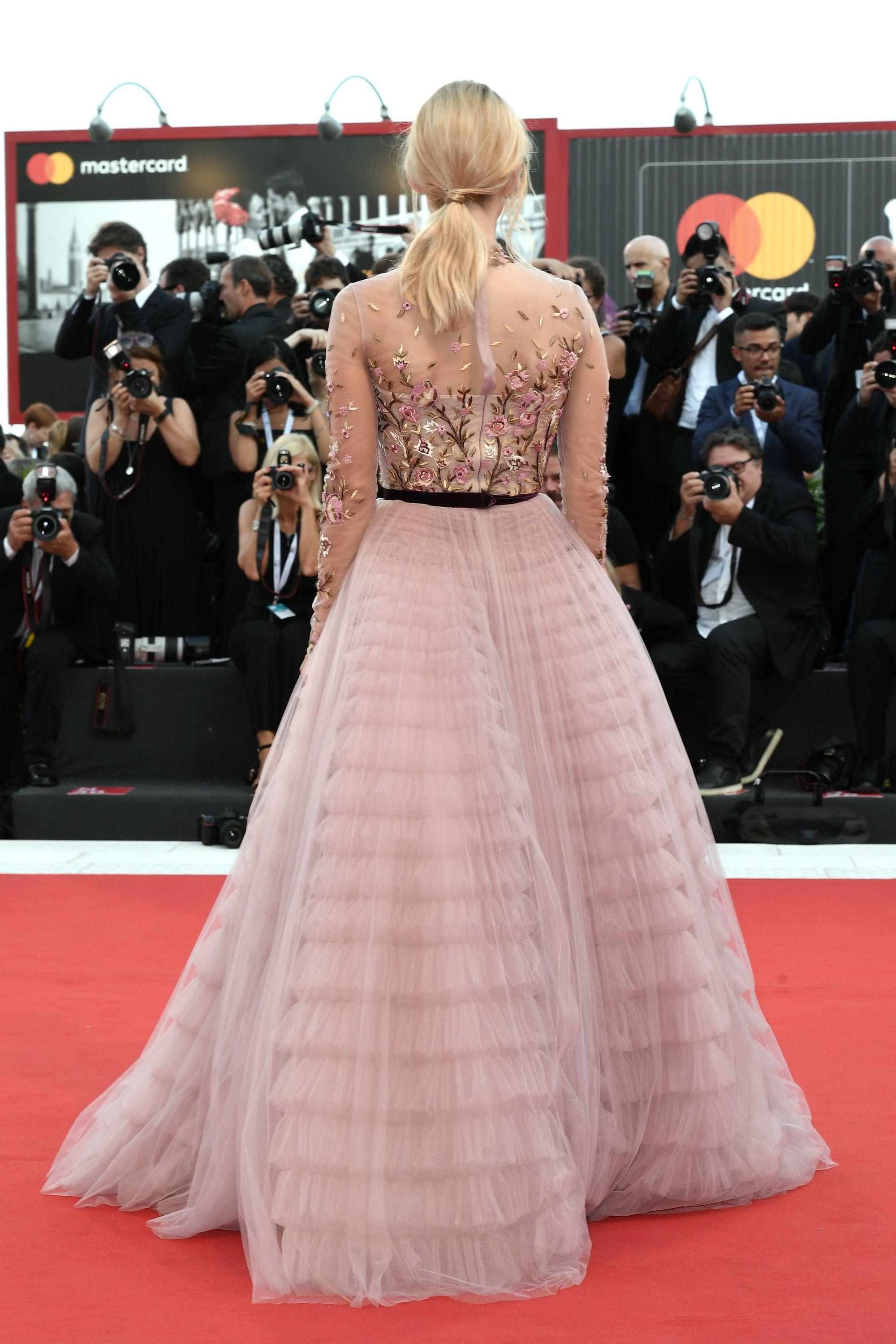 Vista de atrás de mujer rubia con coleta baja