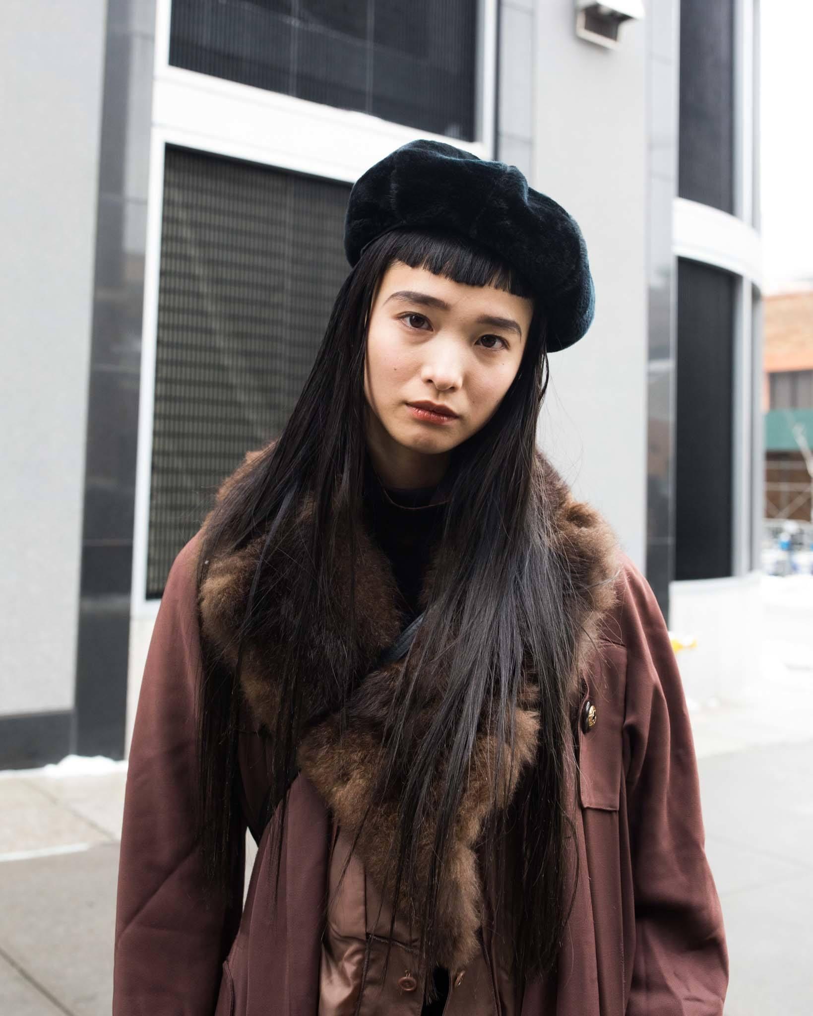 Mujer asiática de cabello ultra lacio peinado con flequillo asimétrico