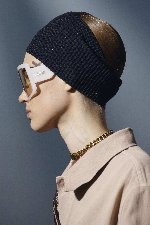 Vista de perfil de mujer castaña con vincha de lana colocada de forma tal que le cubre gran parte de la cabeza