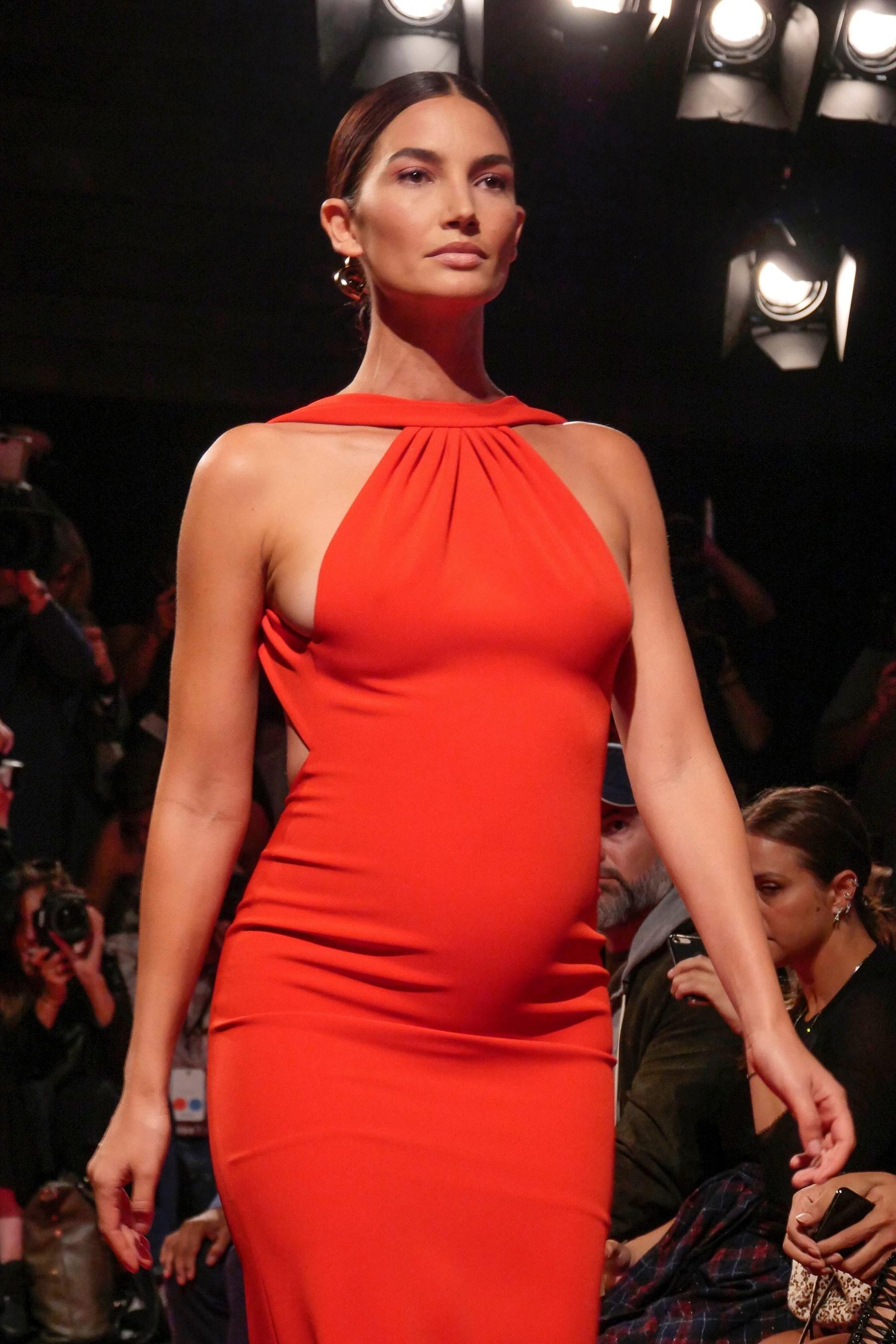 Lily Aldridge embarazada con cola de caballo con raya al medio