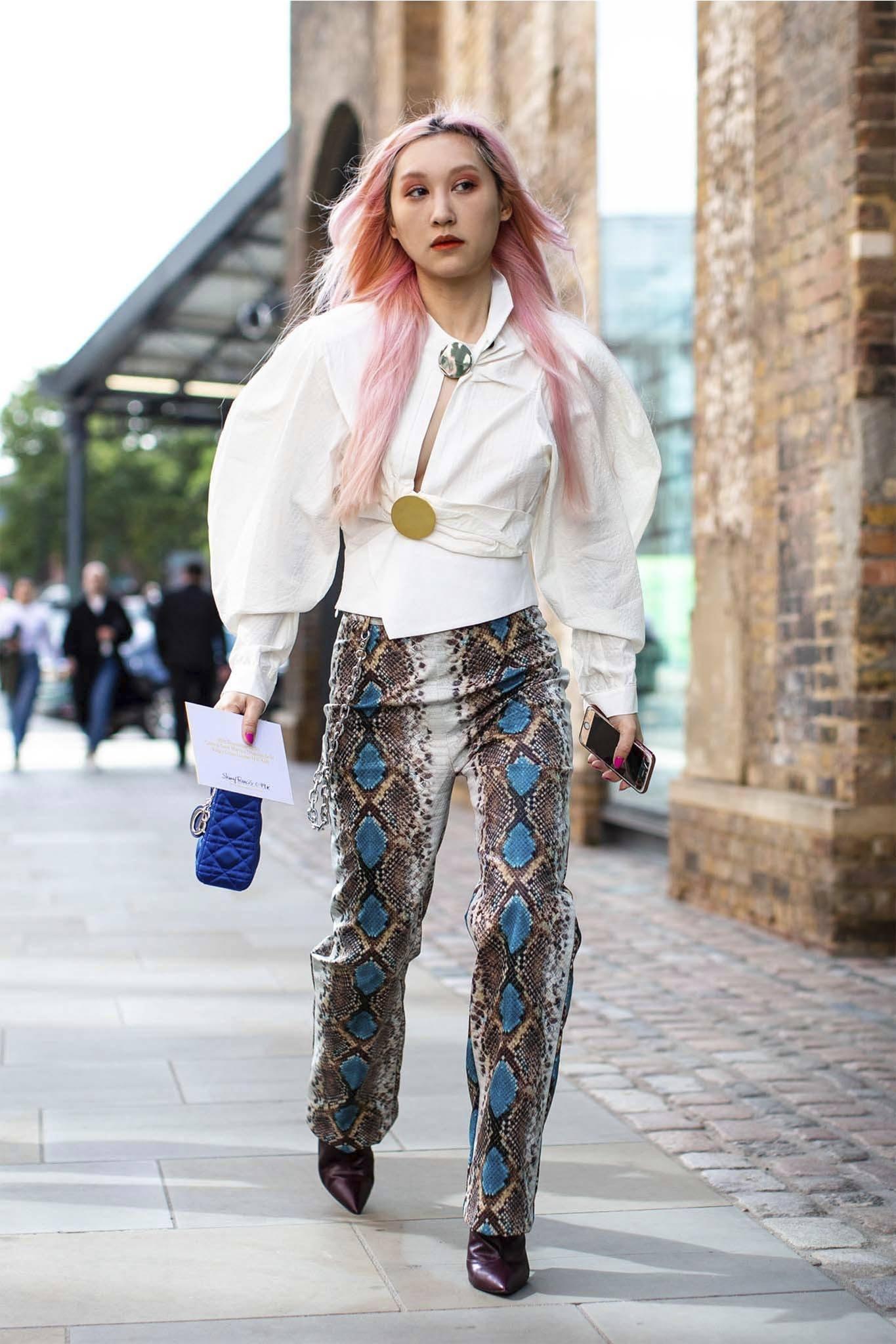 mujer con pelo rosa degrade largo