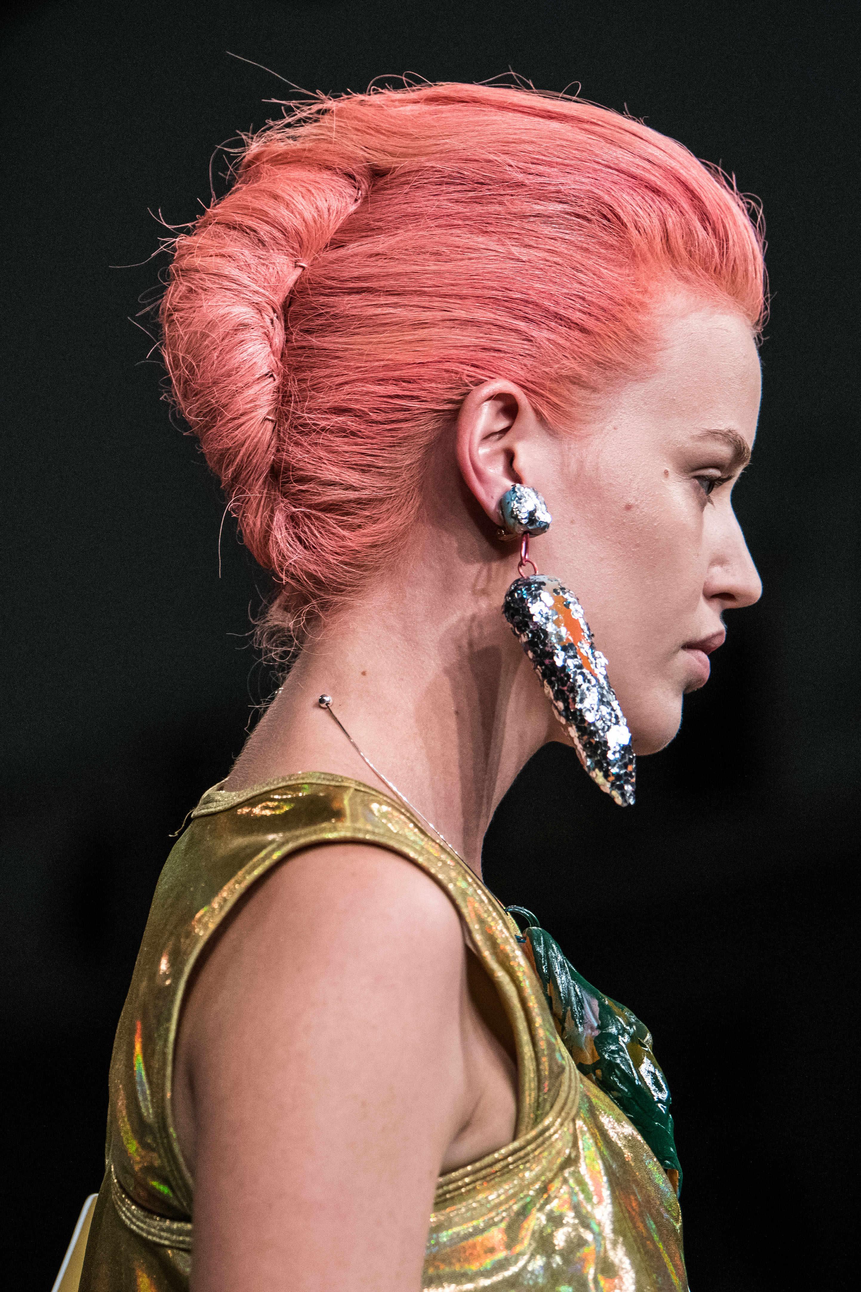 modelo pelo neón rosa