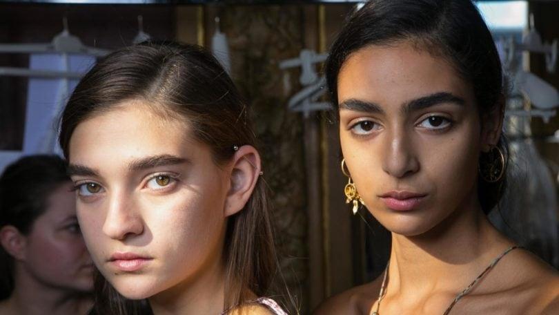 Chicas con pelo lacio castaño oscuro