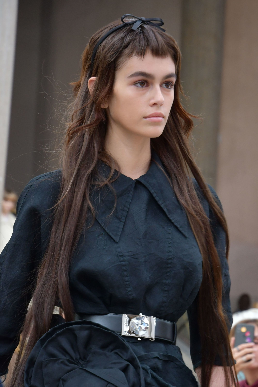 pelo largo castaño flequillo corto mujer joven