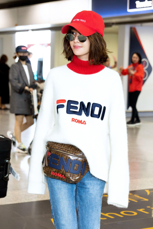 mujer con gorra en aeropuerto