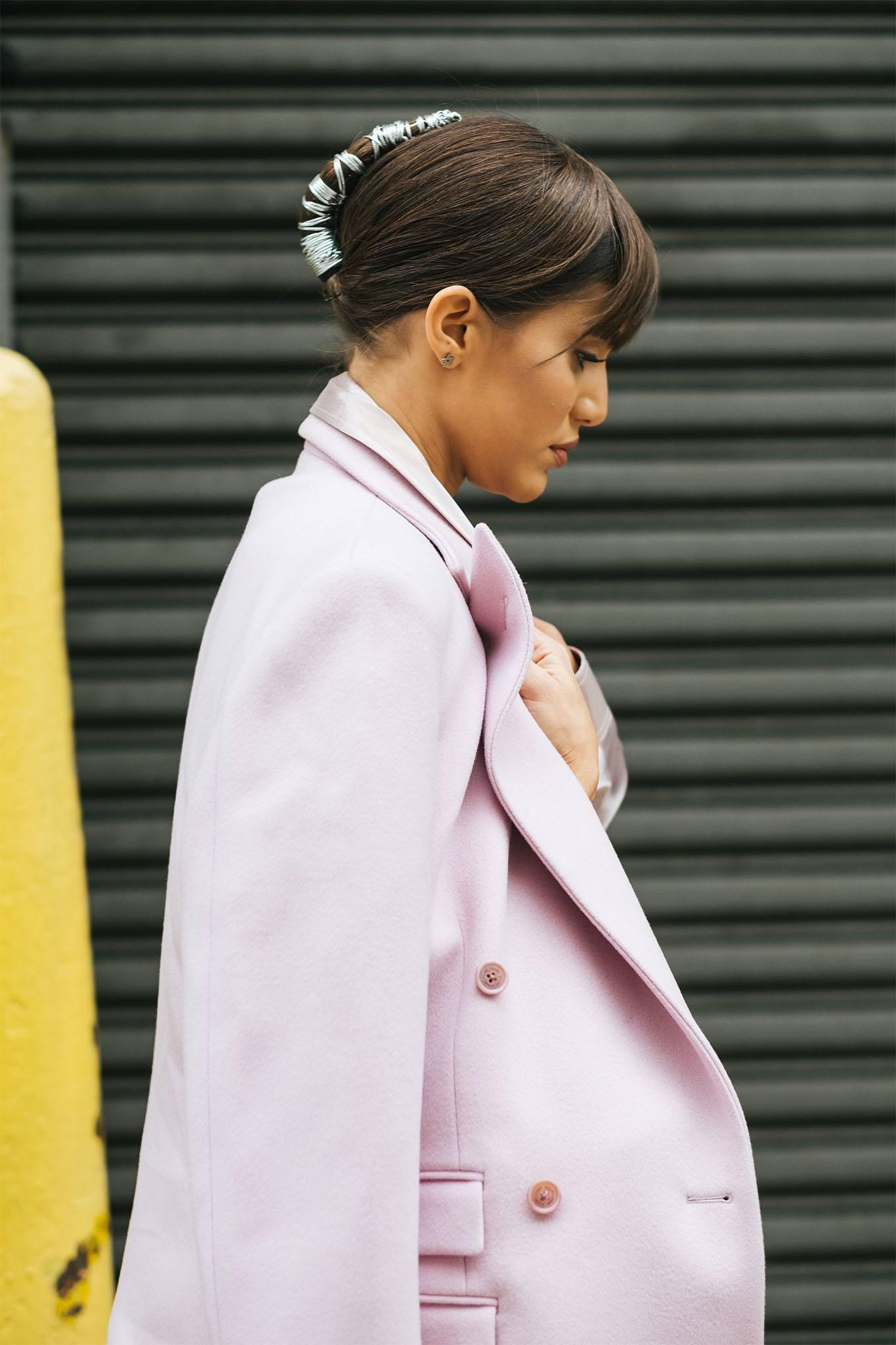 mujer de perfil con peinado recogido con hilos