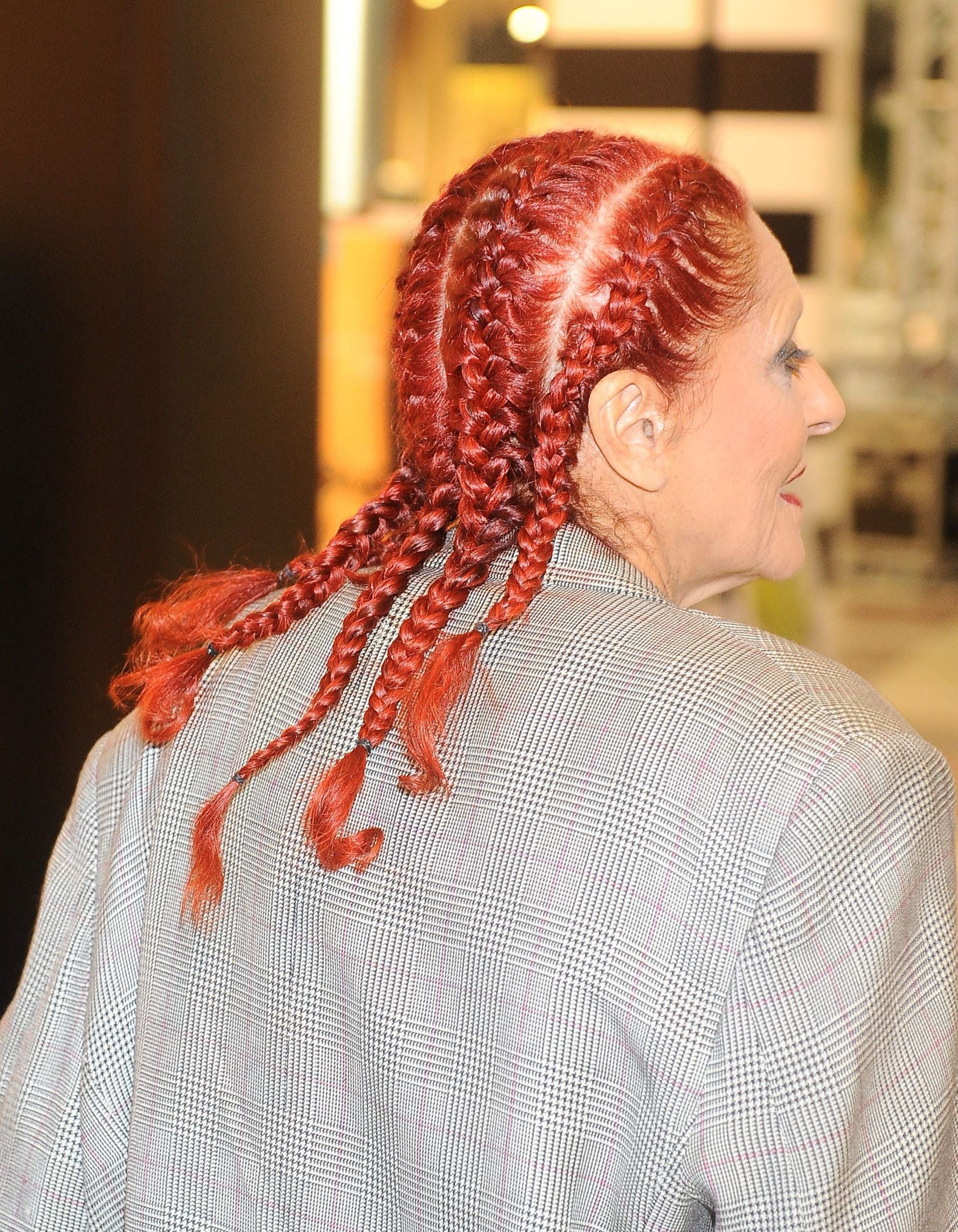 Patricia Field con box braids rojas