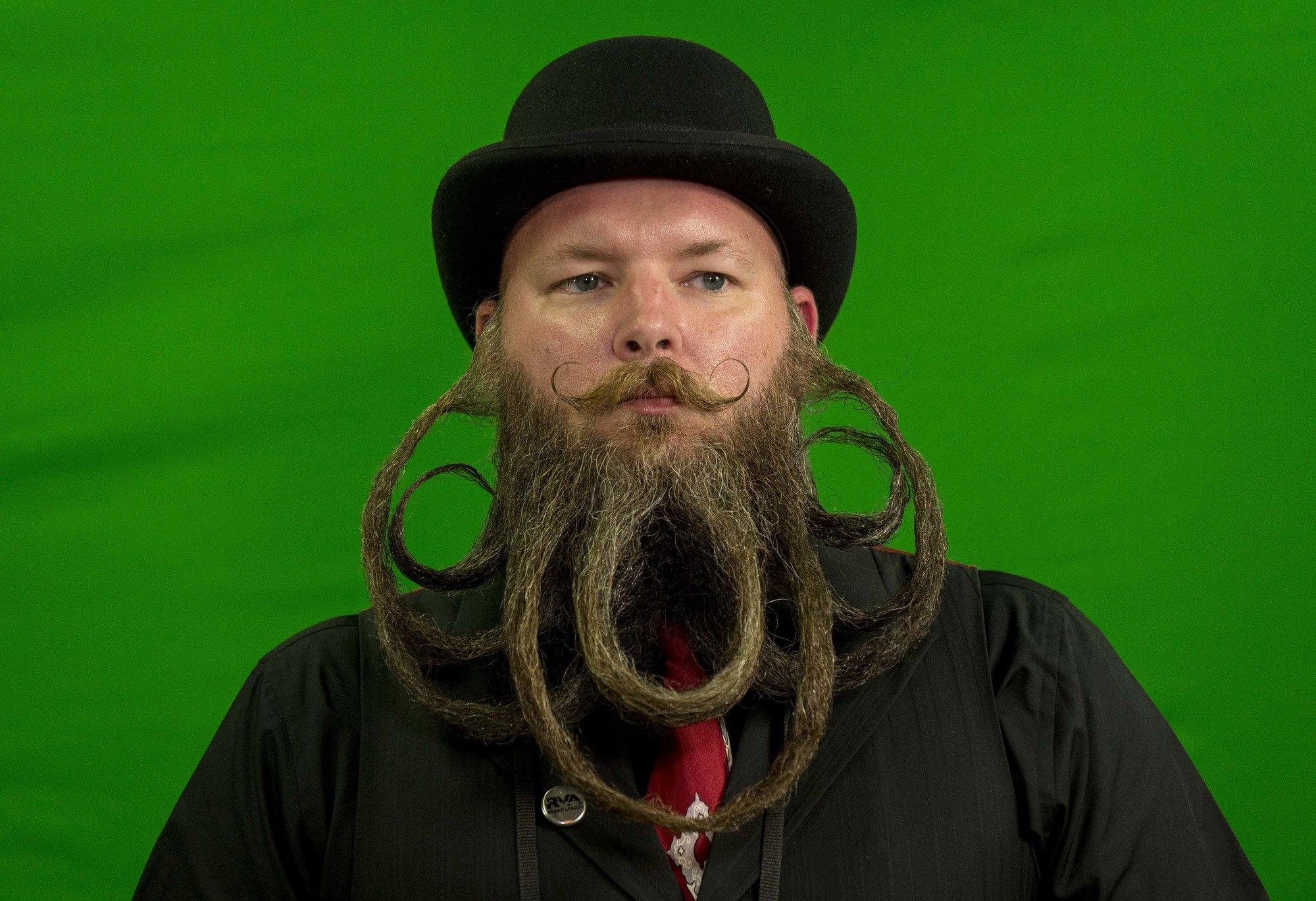 hombre joven con bigote y barba extravagante