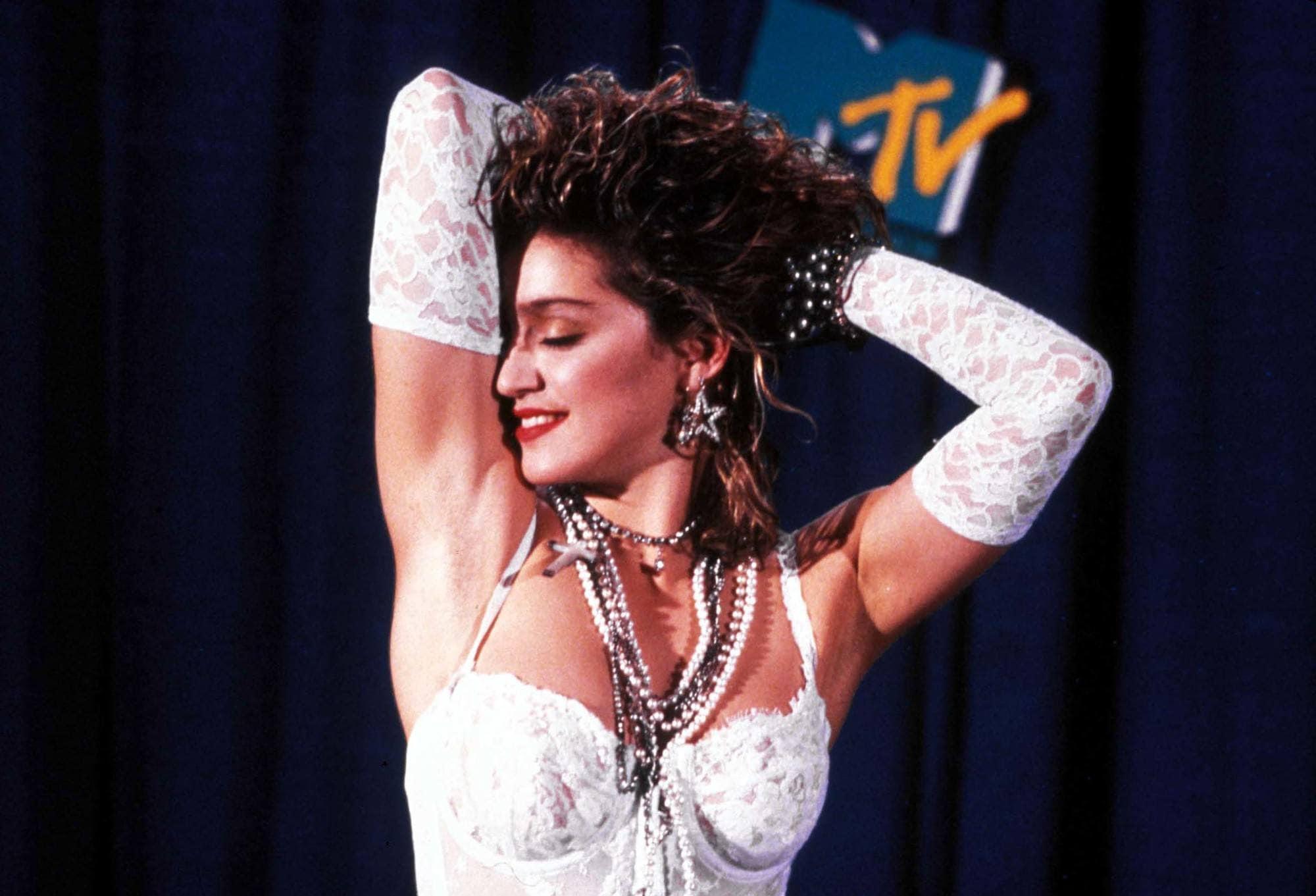 Madonna con rulos en pelo negro