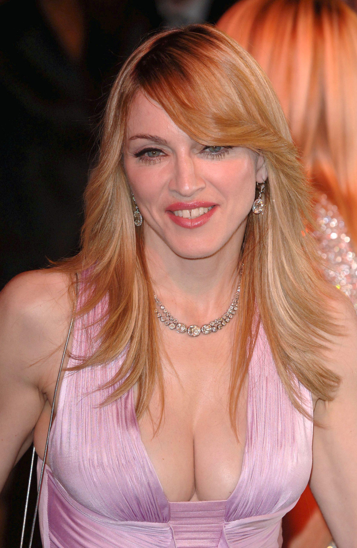 Madonna con pelo en capas fleco de costado