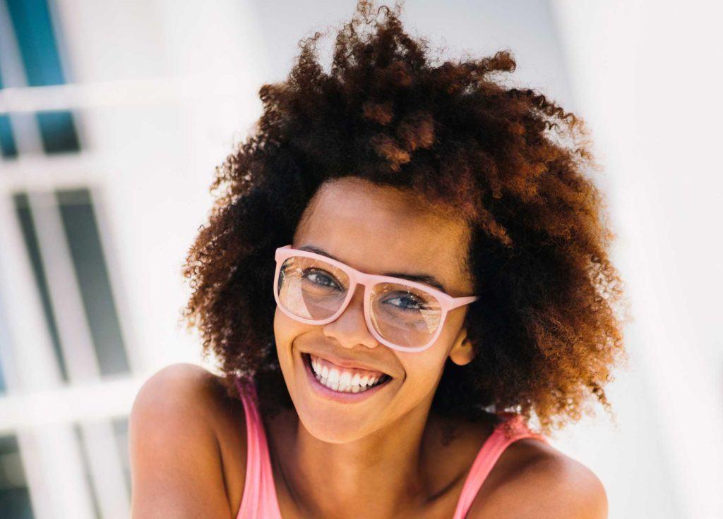 Quais cores de óculos combinam com o tom do seu cabelo    All Things ... 8afe5245a4