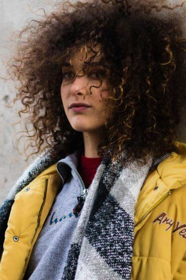 Como usar difusor no cabelo crespo: modelo com cabelo crespo