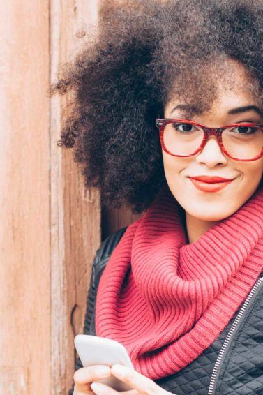 modelo com cabelo crespo e com armações de óculos
