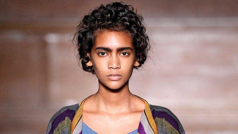fibra capilar: modelo com cabelo cacheado curtinho