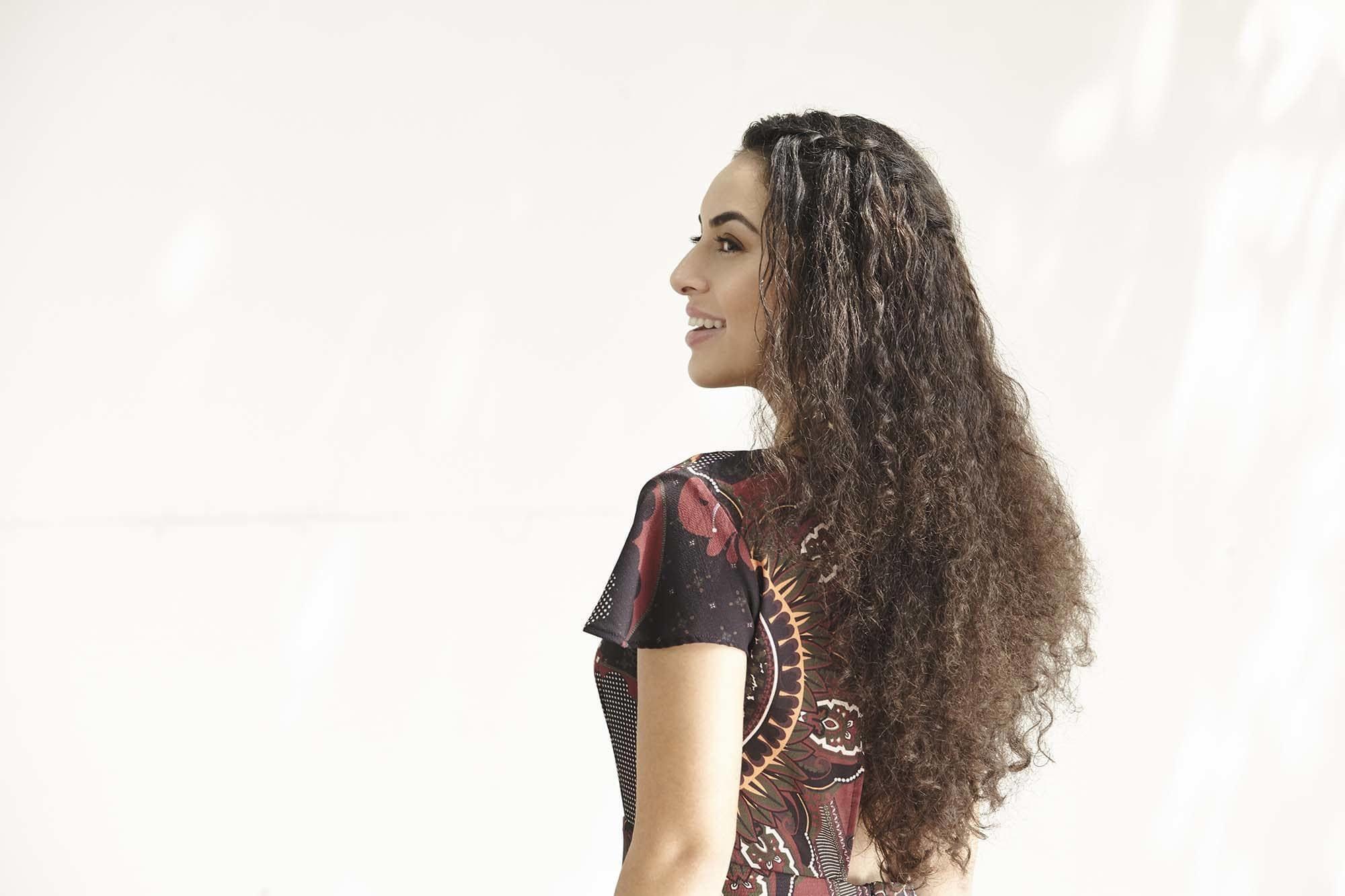 Modelo com corte de cabelo crespo longo