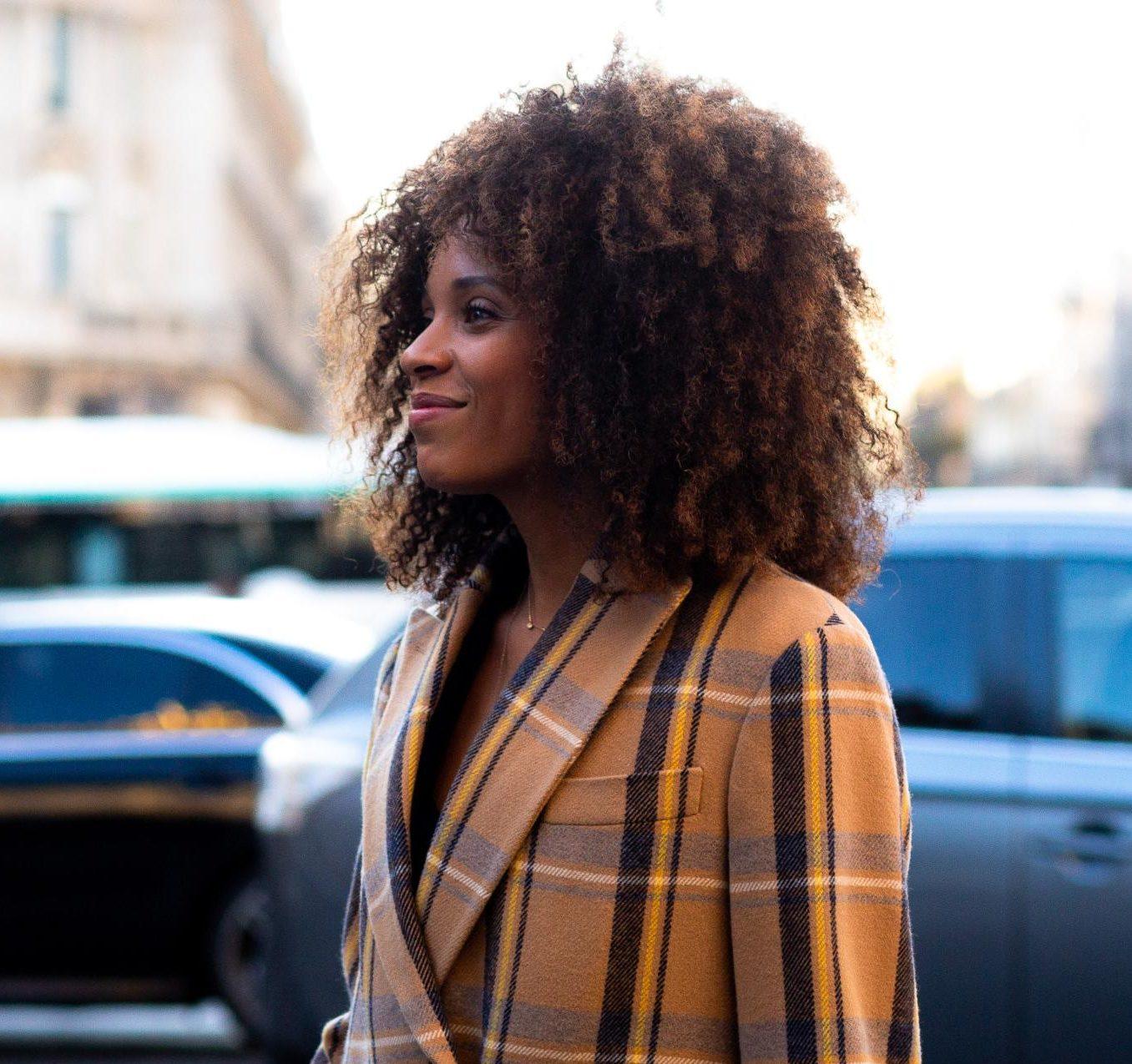 Modelo na rua cabelo médio afro
