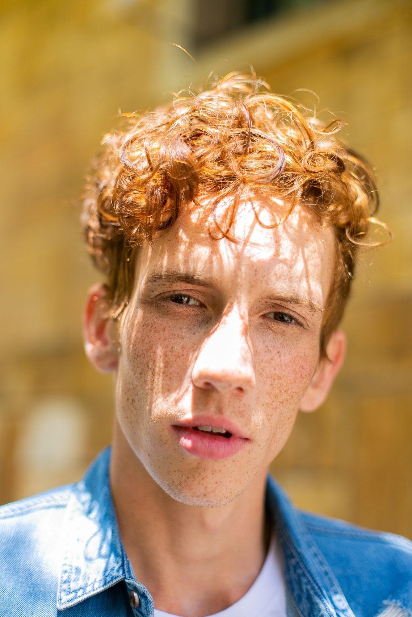 modelo masculino de cabelo ruivo cacheado