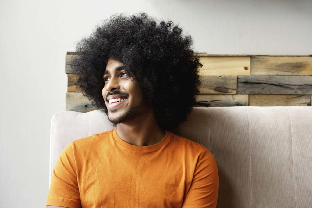 homem de cabelo comprido black power