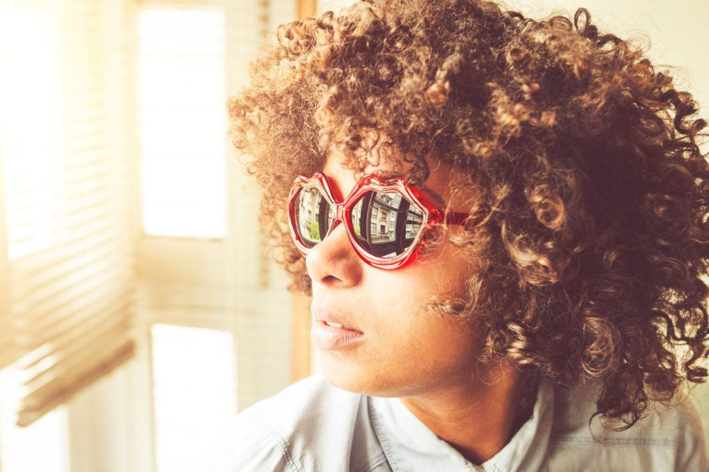 Quais cores de óculos combinam com o tom do seu cabelo    All Things ... 1db1b7b711