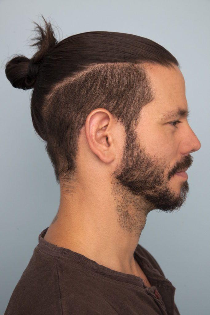 Homem com corte de cabelo top knot ou coque samurai