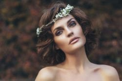 modelo com penteados para casamento de dia solto ondulado