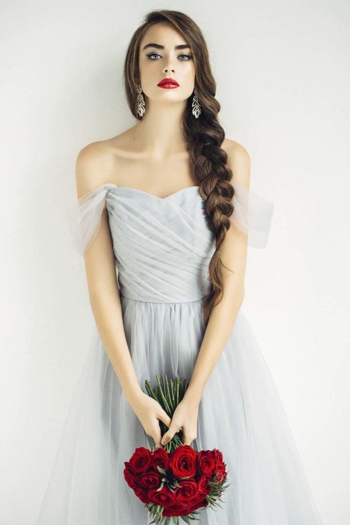 Trança tiara lateral em um penteado para rosto redondo: madrinha de casamento
