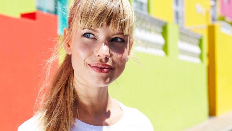 Mulher loira com franja ilustra 6 mitos e verdades das franjas