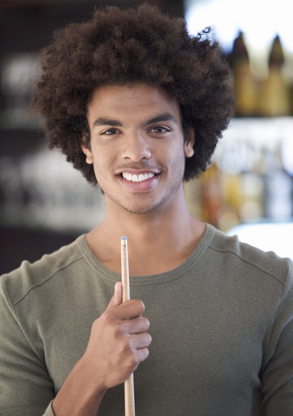 modelo com Cabelos cacheados masculinos black power