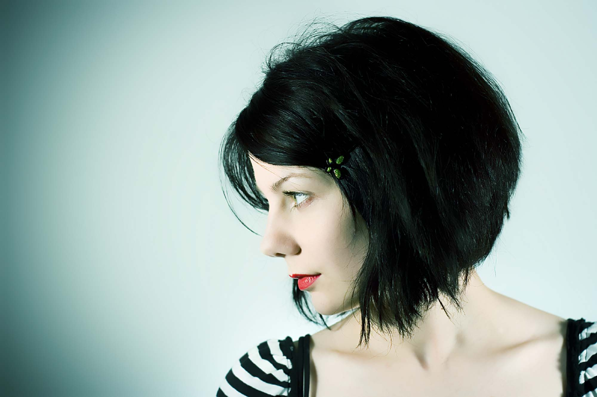 modelo branca com cabelo liso curto preto