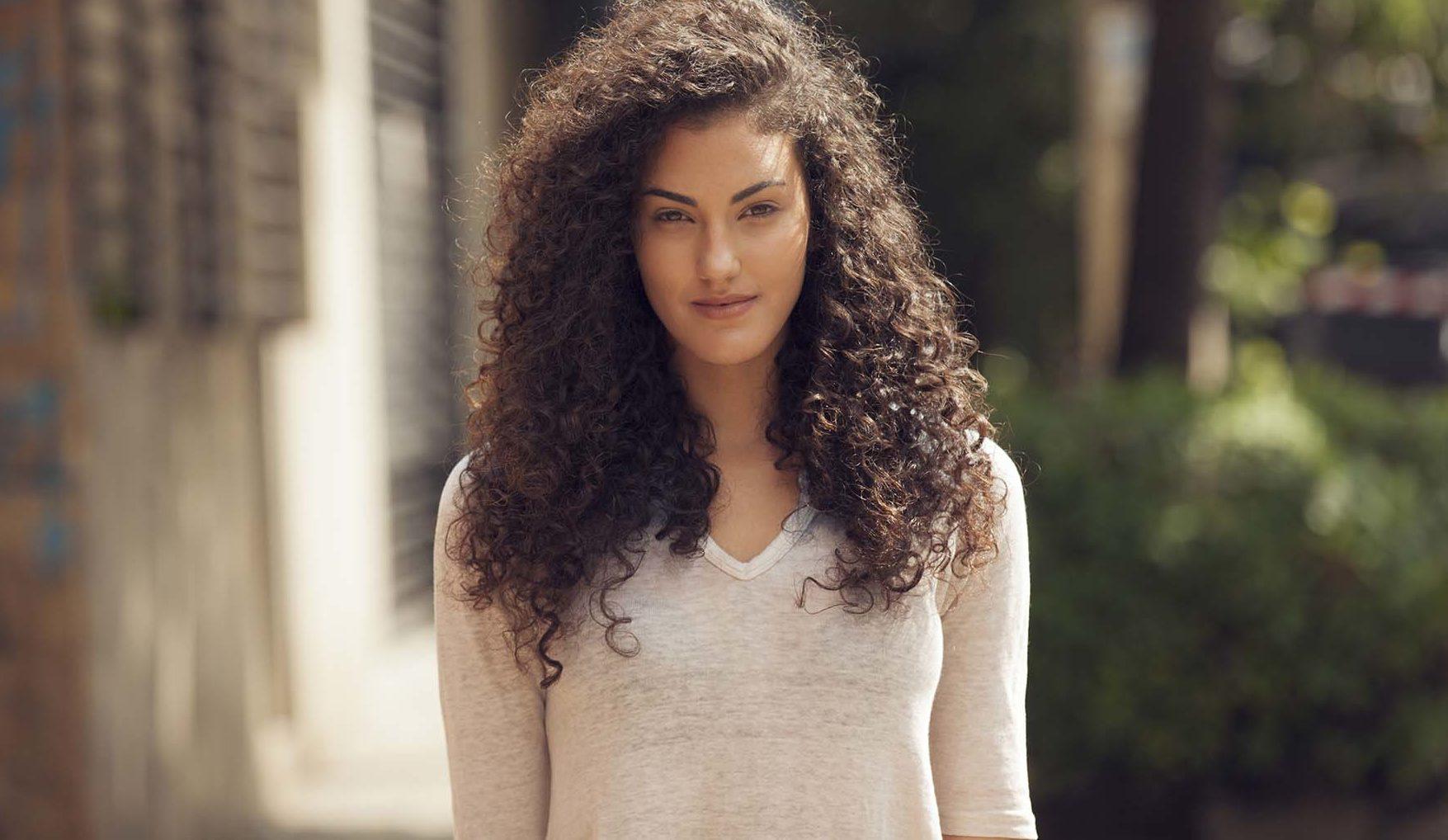 modelo de como arrumar cabelo cacheado longo, look final