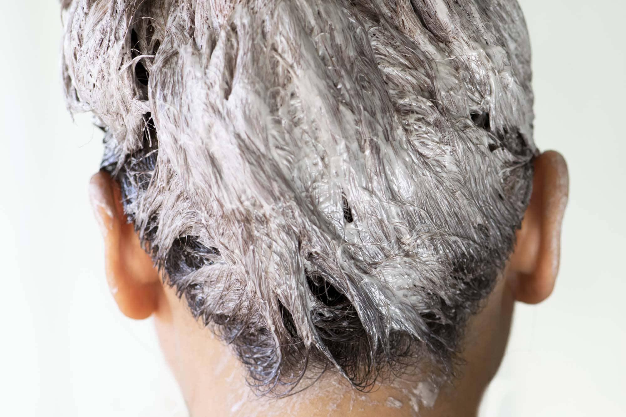 Aprenda como tirar tinta de cabelo da pele.