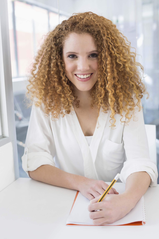 Mulher cacheada usa cortes para cabelos finos