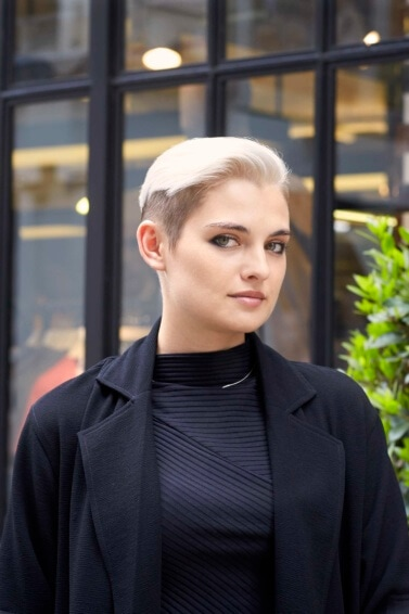 mulher loira de cabelo liso usa corte boyish