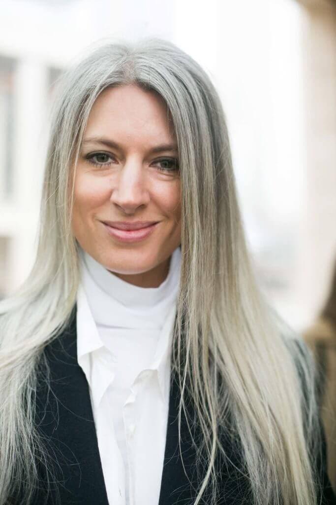 Mulher madura com cabelo grisalho mostra como deixar o cabelo branco natural e bonito