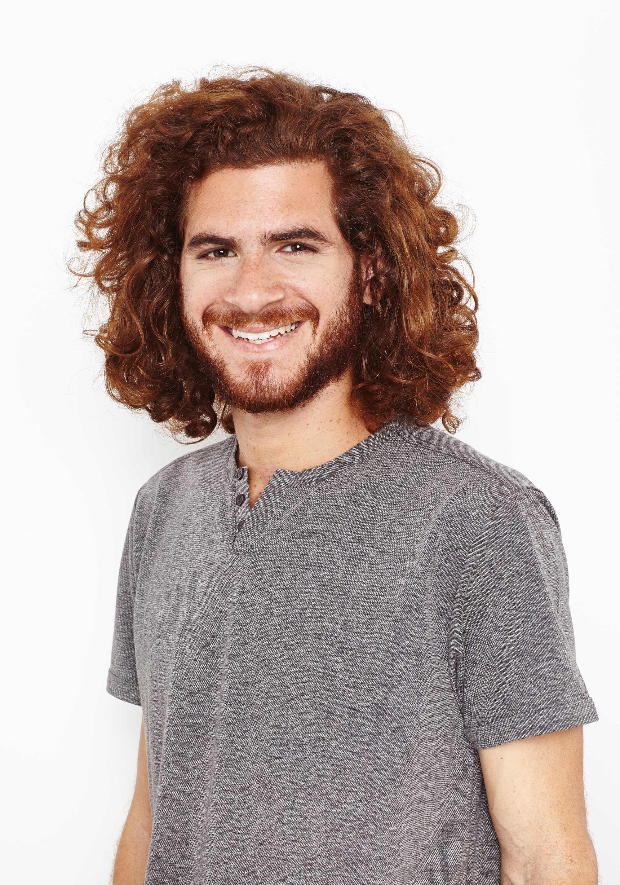 modelo de cabelo ruivo cacheado e de comprimento médio