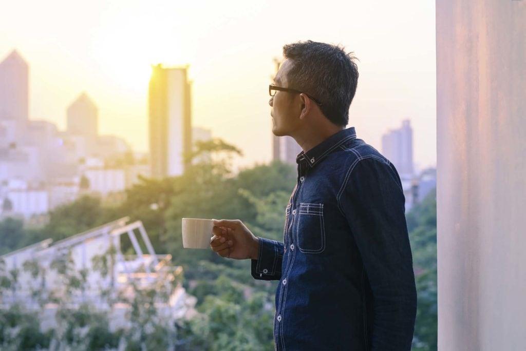 homem com cabelo clássico mostra cortes para cabelos asiáticos masculinos
